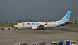 Avions des lignes aériennes de flydubai sur la piste Photos stock