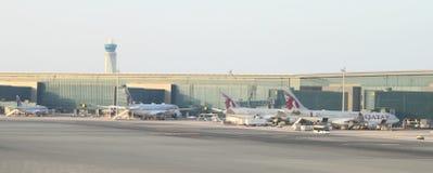 Avions des lignes aériennes de Quatar à l'aéroport Photographie stock libre de droits