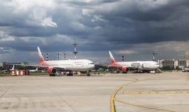 Avions des lignes aériennes de Rossiya sur l'aérodrome de l'aéroport de Vnukovo, Moscou Photo stock