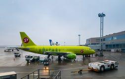 Avions des lignes aériennes S7 à l'aéroport de Domodedovo au temps de jour Image stock