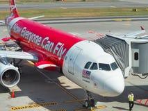 Avions des passagers de attente de ligne aérienne d'Air Asia Photographie stock