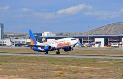 Avions des vacances Jet2 quittant la piste à l'aéroport d'Alicante Photos libres de droits