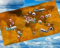 avions, drapeaux stylisés et carte du monde contre le ciel Image stock