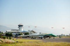 Avions effectuant le vol du petit aéroport régional Images stock