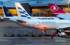 Avions embarquant à l'aéroport international de Vnukovo pendant le lever de soleil Photographie stock