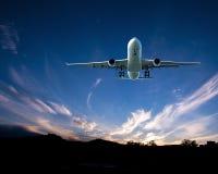 Avions en vol avec le cirrus en ciel bleu l'australie photos stock