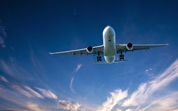 Avions en vol avec le cirrus en ciel bleu l'australie image libre de droits