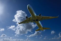 Avions en vol avec le cumulonimbus en ciel bleu Australi images libres de droits
