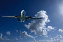 Avions en vol avec le cumulonimbus en ciel bleu Australi image stock