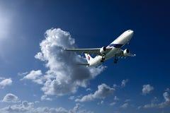 Avions en vol avec le cumulonimbus en ciel bleu Australi photographie stock libre de droits