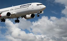 Avions en vol avec le TYPE nuage de NUAGE en ciel bleu Australi images stock