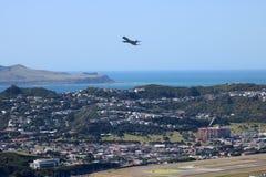 Avions enlevant l'aéroport Nouvelle-Zélande de Wellington Image libre de droits