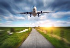 Avions et route rurale avec l'effet de tache floue de mouvement Images stock