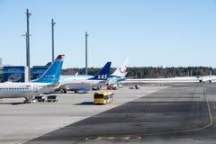 Avions garés à l'aéroport d'Oslo Gardermoen Photographie stock libre de droits