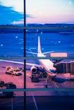 Avions garés sur l'aéroport de Pékin par la fenêtre de porte Image libre de droits
