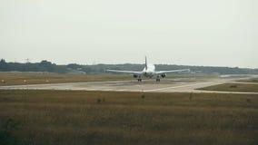 Avions jumeaux de moteur s'approchant à l'aéroport dans le début de la matinée banque de vidéos