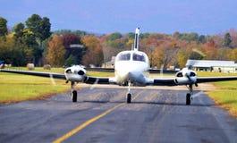 Avions jumeaux de moteur sur le décollage Images stock