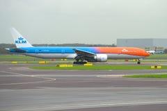 Avions KLM Boeing 777-300 PH-BVA sur la piste de roulement de l'aéroport de Schiphol Photographie stock