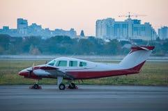 Avions légers à l'aéroport L'avion dessus Photographie stock libre de droits