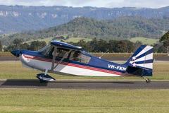 Avions légers américains VH-FKM de moteur simple du champion 8KCAB à l'aéroport régional d'Illawarra Photos libres de droits