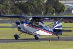 Avions légers américains VH-FKM de moteur simple du champion 8KCAB à l'aéroport régional d'Illawarra Image libre de droits