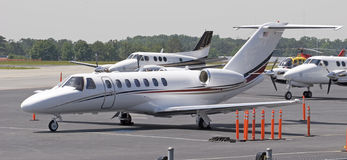 Avions neufs sur le macadam photos stock