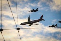 Avions participant au défilé images stock