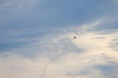 Avions plats acrobatiques avec de la fumée derrière sur le ciel bleu Photo stock