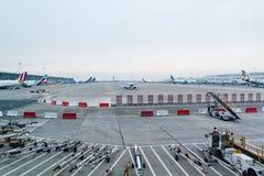 Avions postés et roulants au sol à l'aéroport de Bruxelles Image libre de droits