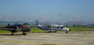 Avions s'accouplant à l'aéroport Images stock