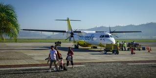 Avions s'accouplant à l'aéroport Image stock