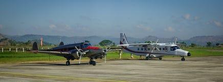 Avions s'accouplant à l'aéroport Photo stock