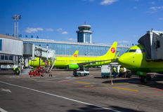 Avions S7 Airlines sur le terminal pour passagers d'aéroport de Domodedovo Photo stock