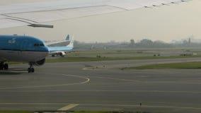 Avions se déplaçant à l'aéroport, annonce de sécurité en cours banque de vidéos