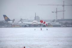 Avions se déplaçant l'aéroport de Munich, horaire d'hiver avec la neige Image stock