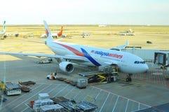 Avions se garant dans le terminal deux de l'aéroport international Changhaï de Pudong Photographie stock libre de droits
