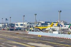 Avions se tenant près de l'aéroport principal du terminal 1at Francfort Photo stock