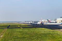 Avions se tenant près de l'aéroport principal du terminal 1at Francfort Photo libre de droits