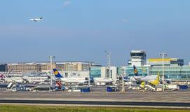 Avions se tenant près de l'aéroport principal du terminal 1at Francfort Image libre de droits