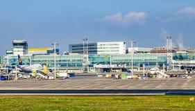 Avions se tenant près de l'aéroport principal du terminal 1at Francfort Images stock