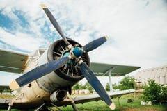 Avions se tenant sur l'herbe verte L'Ukraine, 2016 images libres de droits