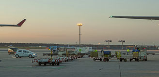 Avions se tenant sur le terminal 2 Image stock