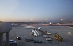 Avions se tenant sur le terminal 2 Photo libre de droits