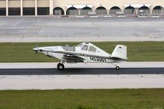 Avions simples de propulseur sur la piste image stock