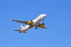 Avions soulevant le train d'atterrissage - Vueling Photos libres de droits