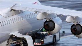 Avions suisses un matin neigeux d'hiver à l'aéroport de Zurich clips vidéos