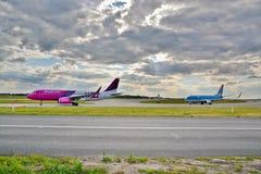 Avions sur l'aéroport d'Okecie Image libre de droits