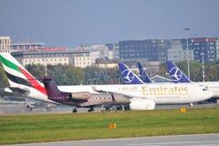 Avions sur l'aéroport de Varsovie Chopin Images stock