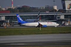 Avions sur l'aéroport de Varsovie Chopin Photographie stock libre de droits