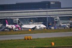 Avions sur l'aéroport de Varsovie Chopin Photo stock
